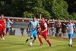 Humpolec rozhodující utkání ve Speřicích nakonec zvládl. U míče hostující Jan Skryja (v modrém). Na snímku vpravo navrátilec z Pelhřimova Jiří Pikl.