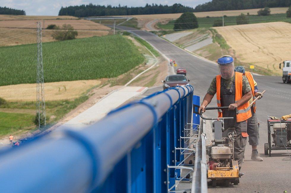 Práce na stavbě nové silnice I/34 Božejov, Ondřejov, Pelhřimov stále pokračují a už se pomalu blíží ke zdárnému konci.