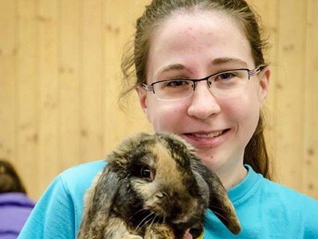 Barbora Kohoutová se svým králíkem X-treme Golden Kids na mistrovství Evropy ve Švýcarsku získala první místo v kategorii lehká třída, rovinná dráha.
