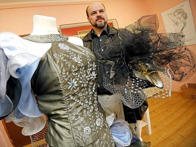 Šaty z dílny mladých třeboňských návrhářek vynikají nejenom výšivkami z rybích šupin. Ty vznikaly pomocí unikátní, sto padesát let staré metody.