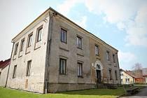Budova bývalé školy ve Veselé je stará bezmála již sto sedmdesát let.