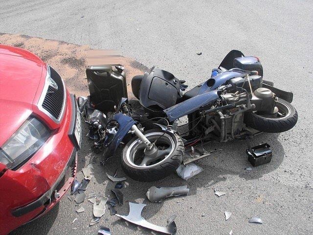 Ve čtvrtek odpoledne jel řidič Škody Fabia (39) po silnici III. třídy ve směru od Pošné směrem na Pacov. Při odbočení vlevo do objektu Agroalfa přehlédl v protisměru jedoucí motocykl JINLUN 125, kterému nedal přednost v jízdě a došlo ke střetu.