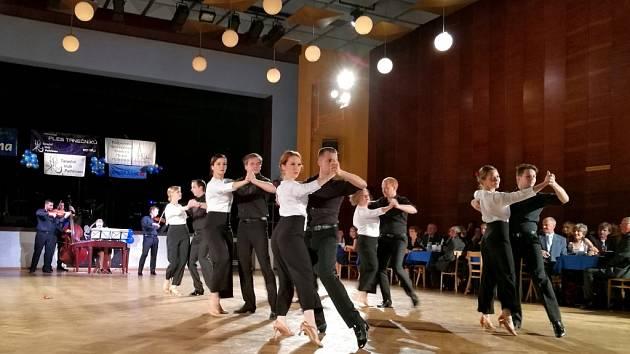 Ples tanečníků zahájili jako již tradičně hudebníci strunného uskupení Cimballica, ke kterým se při druhé skladbě přidali i tanečníci Tanečního klubu Pelhřimov.