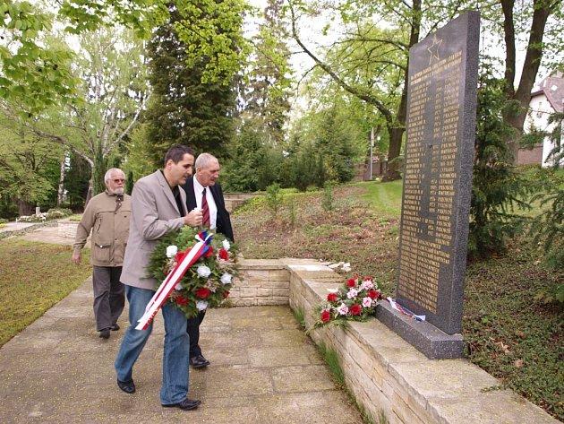 Pomník u hřbitova