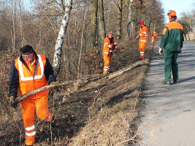Silničáři nezaháleli ani v neděli, kdy prováděli údržbu stromů u silnice mezi Rynárcem a Houserovkou.
