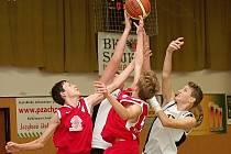 SKVĚLÝ START.  Pelhřimovští basketbalisté v domácím prostředí vyhráli oba zápasy a v tabulce jim patří druhá příčka.