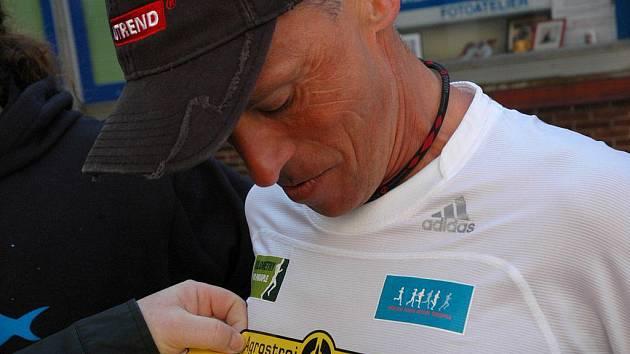 Ještě nalepit logo pelhřimovského dárce a jde se na věc. Legendární český vytrvalec Miloš Škorpil se dočkal ve městě rekordů příjemného překvapení.