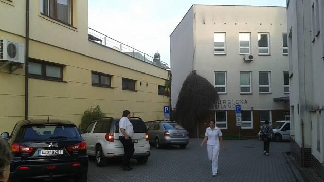 Z parkoviště u humpolecké polikliniky je přístup jak k výtahu uvnitř zdravotnického střediska, tak do chirurgické ambulance.