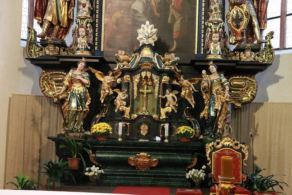 Obnova oltáře svatého Mikuláše z poloviny osmnáctého století v pelhřimovském kostele svatého Bartoloměje.
