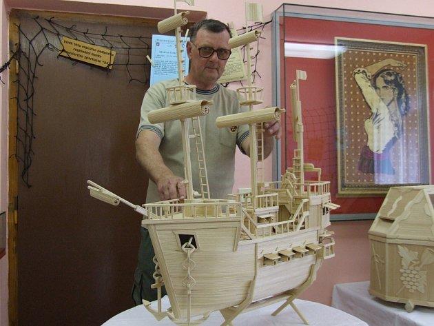 Stovky hodin strávil Jaromír Pevný na předmětech zhotovených z jednoho jediného materiálu. A to ze sirek. Exponáty budou k vidění 9. června na festivalu rekordů a kuriozit v Pelhřimově.