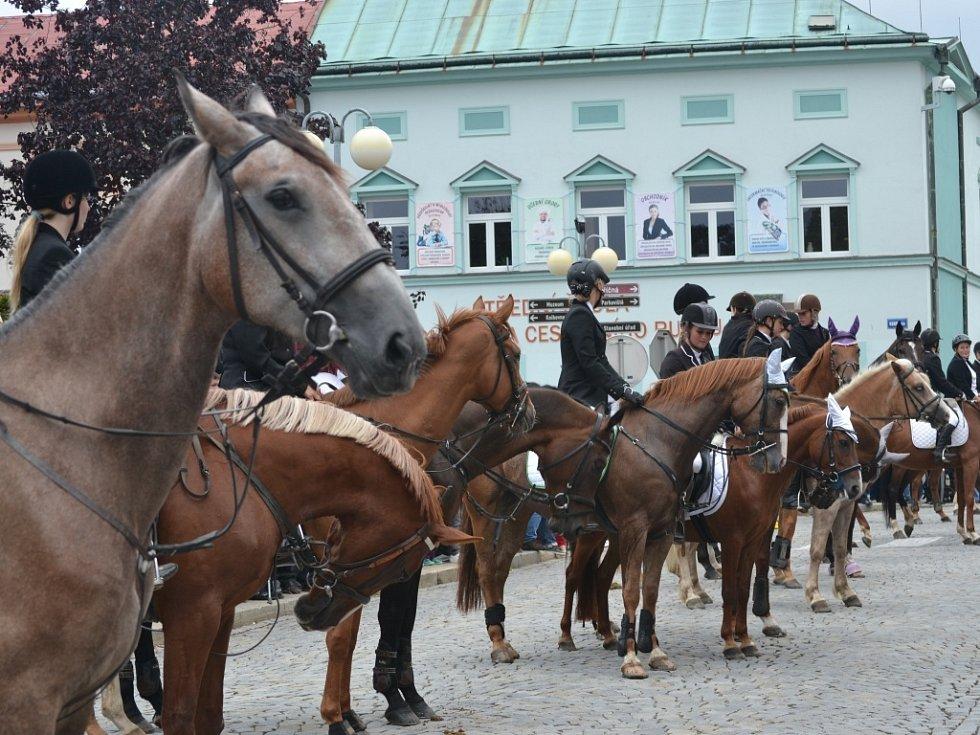 Zlatá podkova v Humpolci se ani letos neobešla bez tradičního průvodu koní městem.