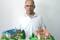 Ivan Zadražil představuje své nejnovější hradní přírůstky.
