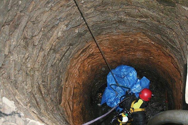 Osm let bylo tělo zavražděného muže ukryto ve studni na pozemku rodinného domu v Pacově
