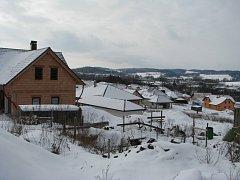 Polní Dvůr v Pelhřimově roste nebývale rychle. Moderní rodinné domy, kterých je v oblasti více než padesát jsou téměř všechny dostaveny a dokončeny.