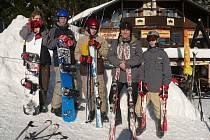 """Někteří kluci si s sebou vezli místo lyží snowboard. """"Běžkařina mě nebere,"""" zakřenil se Vojtěch Přikryl (vlevo)"""