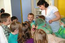 Figuríně Cecilce, kterou má pelhřimovská nemocnice zapůjčenu, se školáci mohou podívat do bříška i do krku. Kromě toho si také změří tlak, dozvědí se něco o první pomoci a prohlédnou si lůžkové oddělení a herny, které dětem zpříjemňují pobyt v nemocnici.