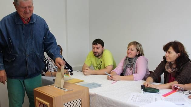 Svoje hlasy v pátek jako první v Bácovicích vhodil do volební urny  devětasedmdesátiletý Josef  Křikava.