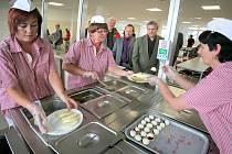 Po roce generálních oprav a kompletní výměně gastronomických technologií začíná od září vařit jídelna a kuchyně SPŠ a SOU v Pelhřimově. Kuchyně je schopna připravit více než 1 600 obědů, stovky snídaní a večeří nejen pro pelhřimovské studenty.