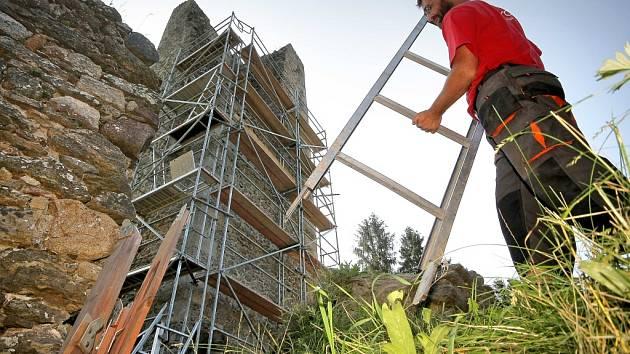Práce na realizaci rozhledny na hradě Orlík nad Humpolcem jsou v plném proudu.