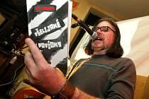 Frontman kapely Visací zámek Jan Haubert četl ze své knihy Všelijaké povídky.
