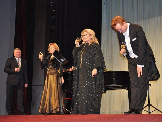 Na závěr večera v městském divadle si starosta Pelhřimova František Kučera připil s účinkujícími sektem.
