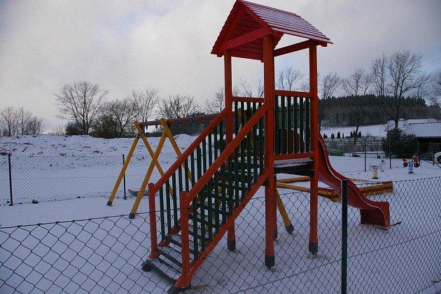 Část vybavení hřiště, jako trampolína nebo posezení pro matky, je přes zimu uklizená.