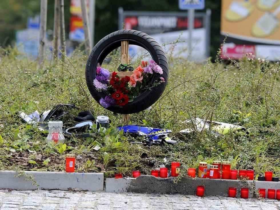 Místo, kde tragicky zahynul třiatřicetiletý motorkář připomíná již pneumatika, květiny a svíčky