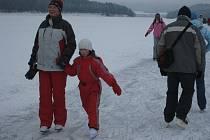 Kdo v zimních měsících přijede na lipenskou přehradu, toho obklopí ta pravá atmosféra. Mrazivé počasí vytvoří červená líčka na nejedné dětské tváři. Starší ročníky se proti zimě mohou obrnit douškem voňavého punče nebo grogu.
