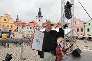 Loutkoherec Josef Borek a jeho věrný klaun a loutkový hudební virtuóz Boretcheque.