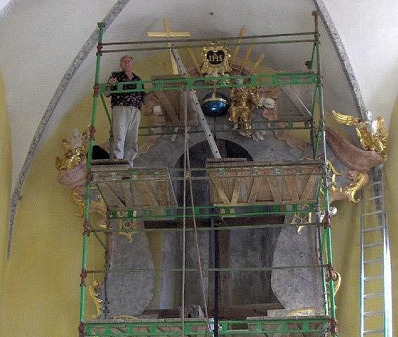 Restaurování hlavního oltáře všech svatých ve stejnojmenném kostele v Kamenici nad Lipou.