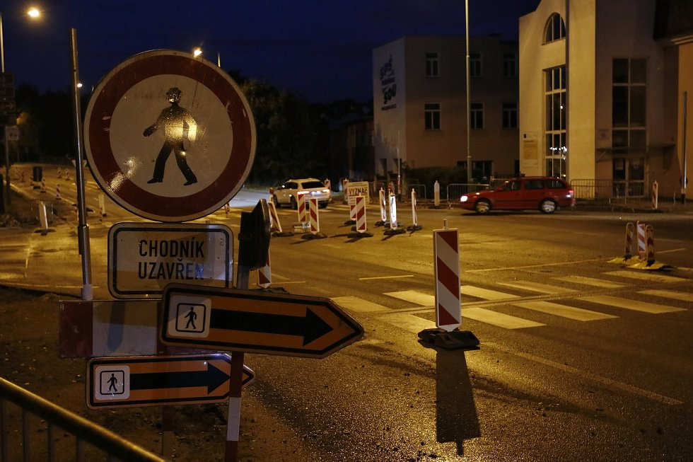 Provizorní kruhový objezd na křižovatce ulic Křemešnická, Nádražní a Průběžná.