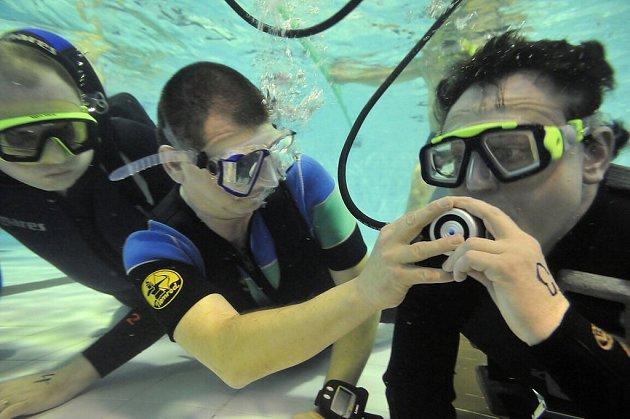 Disciplína simuluje nácvik krizové situace při přístrojovém potápění, kdy po selhání jednoho přístroje sdílí postižený dýchací přístroj svého partnera.