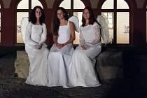Při nočních prohlídkách v želivském klášteře se návštěvníci setkají i s anděly. Na snímku jsou Antonie, Michaela a Alena Radilovi.