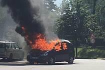 V Pelhřimově v úterý hořelo auto.