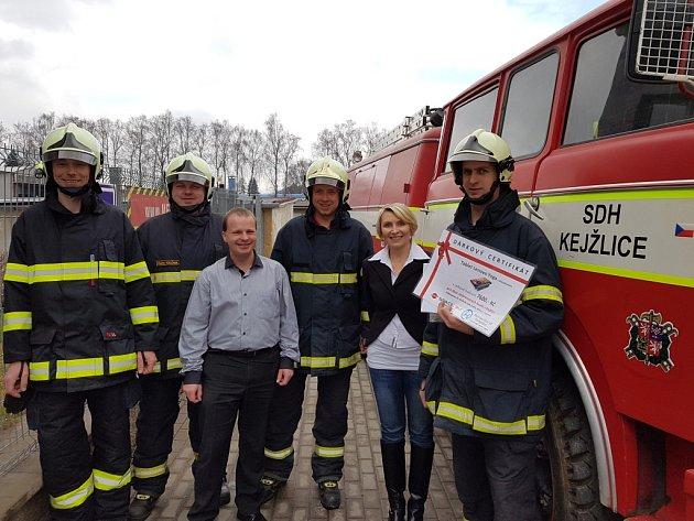Zástupci sboru dobrovolných hasičů převzali certifikát od svých podporovatelů s plnou parádou.