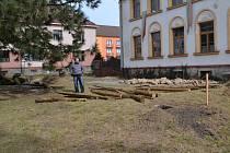 Prostor před pohádkovou říší je zatím prázdný, ale do druhého května tu vyroste pohádkové bludiště z keřů a ze stromů.