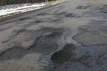 Tyto nástrahy čekají na silnici za Polesím u odbočky na Bělou.