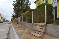 Kamenická radnice postupně nechá opravit vybrané chodníky, k nimž patří i ten v ulici Vítězslava Nováka, kde práce už začaly.