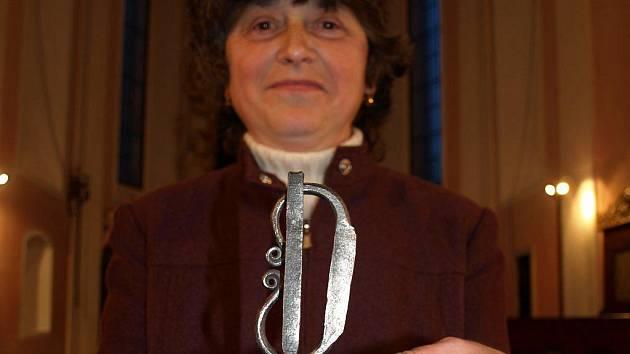 Věra Marešová si v pelhřimovském kostele svatého Víta převzala Křesadlo 2009, cenu pro nejlepšího dobrovolníka okresu.