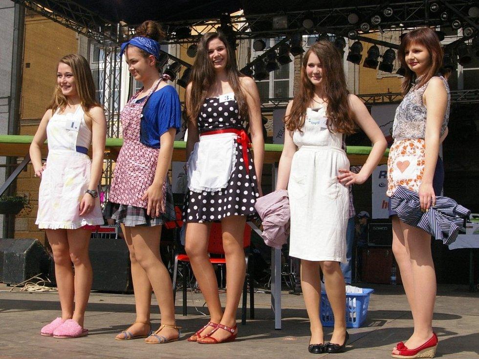 Účastnice soutěže o Miss Žehlička: Veronika Hanzálková, Patricie Schreiberová, Zuzana Křížková, Nicol Creweová a Kamila Svárovská.