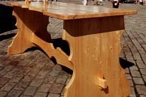 Obří stolička unesla 12 mladíků z Černovic, kteří ji vyráběli. Po 13 letech ji zrenovovali truhláři ze SPŠ a SOU Pelhřimov.