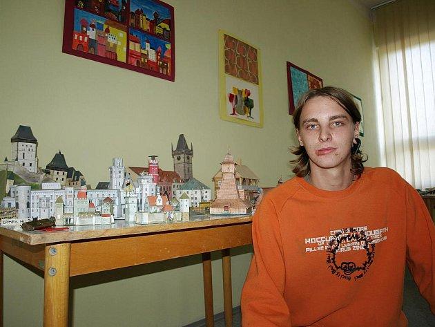 Jakub Melichřík už dva roky lepí papírové modely hradů, zámků a aut.