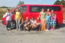 Děti ze senožatského dětského domova se na nový červený ford moc těšily. Dočkaly se v polovině července. Díky vozidlu domov uspořádal již řadu výletů.