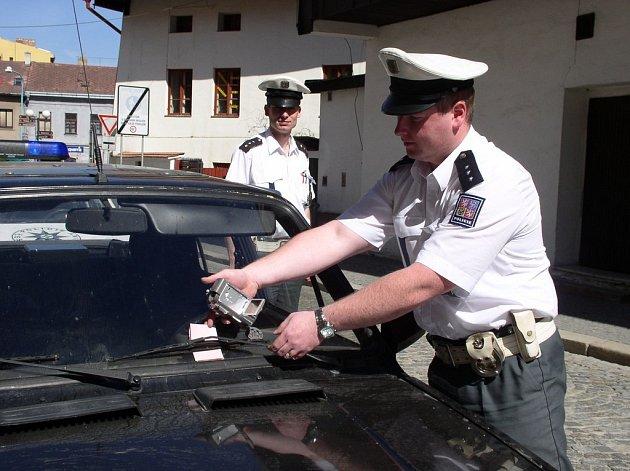 Policista Josef Makovec, který je na snímku s kolegou Michalem Hunalem v pondělí rozdali na třicet pokut.