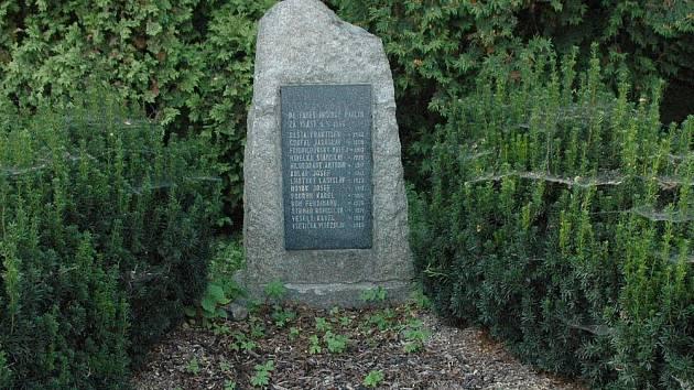 Pomník obětem nacistické vraždy rozhodně nepůsobí dojmem důstojného místa piety. Na jeho stav poukázal pelhřimovský rodák a pamětník Dušan Tomášek
