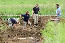 Podle řady domněnek a nepřímých svědectví by měl masový hrob v lokalitě Budínka u Dobronína ukrývat ostatky zhruba patnácti Němců. Archeologické práce jsou ale teprve na začátku, skončit by měly koncem týdne