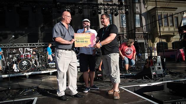Mluvčí Rodinného pivovaru Bernard a hlavní organizátor Bernard Festu Zdeněk Mikulášek (vpravo) předává šek na sto tisíc korun zástupci humpoleckého domova pro seniory Ladislavu Nechvátalovi.