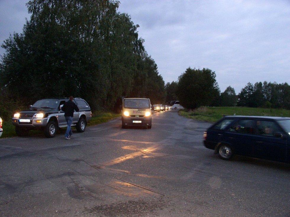 Pelhřimovští dopravní policisté odkláněli dopravu u sjezdu z Hořic. Kamiony se však v úzkých zatáčkách na Vojslavicku sotva protáhly, co chvíli tedy hrozil kolaps i na objížďkách.