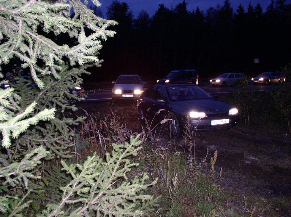 Masa aut se po odklizení obou vraků poprvé pohnula kupředu v půl deváté večer.
