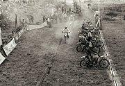 A ještě jeden pohled do historie motocyklového hnutí v Pacově. Jezdci na startu na motokrosovém závodišti Propad v 70. či 80. letech 20. století.